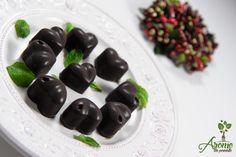 Am incercat-o si pe asta: ciocolata raw vegan cu menta. Am mai facut ciocolata cu nuci sifistic insa am zis sa schimb putin reteta, si sincera sa fiu am fost incantata de rezultatul obtinut. Pentru 30 bucati de ciocolata am folosit: 65 ml unt de cacao bio 65 ml ulei de cocos 40 gr cacao Read more Raw Vegan, Deserts, Sweets, David, Sweet Pastries, Desserts, Gummi Candy, Candy Notes, Candy