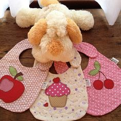 baby for girls Cute Bibs Baby Sewing Projects, Sewing For Kids, Sewing Crafts, Quilt Baby, Burp Rags, Burp Cloths, Diy Pour Enfants, Baby Applique, Applique Ideas