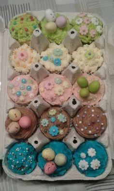 Pienet pääsiäimuffinssit - Tein ystävälleni lahjaksi pieniä muffinsseja, jotka pakkasin kananmunakennoon. Kennossa on viittä erimakuista muffinssia ja myös muffinssien kuorrutteet ovat erivärisiä - Kiitos Heidi! #mitätahansaleivotkin #leivojakoristele #droetker #muffinsit #leivonta #kilpailu #pääsiäinen