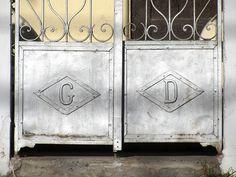 Cacería Tipográfica N° 400: Iniciales GD en la puerta de una casa en la avenida Lima, Vallecito, Cercado de Arequipa.