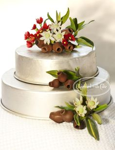 Handmade from petal paste are Australian gumnuts, flannel flowers, gum leaves and red flowering gum flowers. Cake Icing, Cupcake Cakes, Australian Native Flowers, Australian Wildflowers, Australian Food, Christmas Cake Decorations, Christmas Cakes, Australia Cake, Wildflower Cake