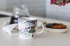 \冬季限定/スモーキーカラーの大人っぽいムーミンマグ今年も、北欧・フィンランドからムーミンの冬限定マグカップがやってきました!毎年ARABIA社から届くムーミンの新デザイン。今年のデザインは雪景色のなかから昇る、朝日の淡いピンク色が特徴的です。この水色とピンク色の組み合わせが、冬の定番ココアの色にもぴったり!スモーキーな色合いが大人でも使いやすく、愛らしいデザインで、みているとなんだか心もほっこり温まるようです。ムーミン達の新しい一年がはじまります。2017年も『ムーミン谷の冬』のワンシーンが、デザインの