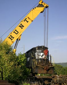 SQVR B23-7 uplifted.Hey Ma, look what I caught!Former Southern Rwy, now Sequatchie Valley Railroad #3986 is lifted by a crane to have it's front trucks repaired. They were rolled back by a tractor and the locomotive was lowered back onto the trucks