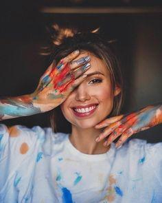 Model Poses Photography, Painter Photography, Self Portrait Photography, Creative Photography, Fotografie Portraits, Kreative Portraits, Foto Portrait, Creative Photoshoot Ideas, Shotting Photo