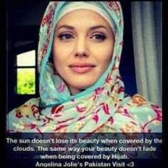 Angelina Jolie in hijab for a visit at Pakistan.. I swear she looks increadibly beautiful in it !