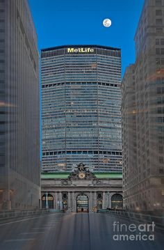 ✮ The iconic Grand Central Station Terminal with the Met Life Building and the moon rising - New York, NY