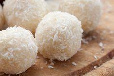 raffaello, low carb  Zutaten:  500 g Magerquark 16 geschälte Mandeln 50 g Eiweißpulver (passend wären z.B. Vanille und Kokos) 100 g geriebene Mandeln 60 g Kokosflocken Kokosraspeln zum Verrühren