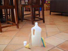 Désinfectant, détartrant et vraiment pas cher, ce produit nettoyant pour le sol a tout bon. Amusez-vous à le préparer à la maison en quelques minutes,...