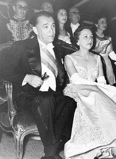 Primeira-dama. A mulher de Juscelino Kubistchek, Sarah, com uma das criações da estilista