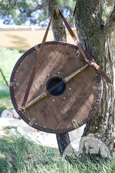 Viking shield medium size with leather exterior. Available in: brown leather, black leather :: by medieval store ArmStreet Viking Armor, Viking Age, Viking Sheild, Viking Dress, Viking Woman, Iron Age, Larp, Viking Shield Design, Escudo Viking