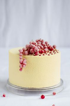 Veludo Branco: red velvet cake with cream cheese mousse and red fruits cream.::