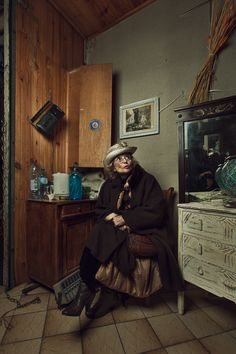 Photographer Documents The Quirky Characters Of A Flea Market In Paris - DesignTAXI.com