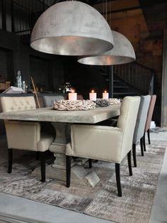 Sfeerbeeld van onze showroom. Vergrijsde tafel en stoere betonstuc lampen.