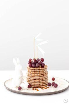 Vegane, glutenfreie Pancakes mit Kokosblütensirup, Trauben und gepufftem Quinoa / www.backbube.com - Foodblog