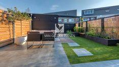 Moderne tuin met keramische tegels en kunstgras Back Gardens, Small Gardens, Outdoor Gardens, Backyard Walkway, Pallet, Garden Cabins, Modern Garden Design, Garden Inspiration, Beautiful Homes