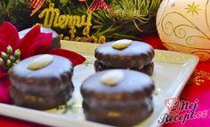 Jedne z nejlepších vánočních koláčků, které u nás doma dělávám. Peču je rovnou z dvojité dávky, ale i tak zmizí z krabičky jako první. Zdobím polovinou mandle, ale někdy, pokud se mi chce zdobím i rozpuštěnou bílou čokoládou, kterou kreslím mašličky (poté koláčky vypadají jako dárky). Autor: Adkas