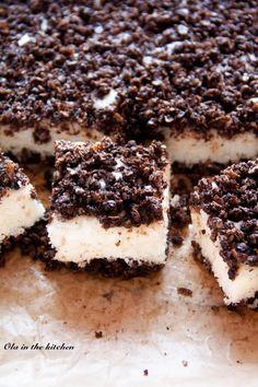Ciasto z płatkami owsianymi i jogurtem naturalnym Składniki: Masa z płatków: 2 szklanki płatków owsianych 1/2 szklanki cukru trzcinowego 3 łyżki kakao 1/2 szklanki oleju 3 żółtka szczypta soli Masa jogurtowa: 3 białka 1/2 szklanki cukru 400 ml jogurtu naturalnego 2 łyżki mąki ziemniaczanej 150 g wiórków kokosowych 1 łyżeczka proszku do pieczenia Foremka: 26x21 cm, wyłożona pergaminem Masa z płatków: wszystkie składniki dokładnie mieszamy. Masa jogurtowa: Ubij...
