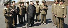 Perché attorno a Kim Jong-un ci sono sempre persone che prendono appunti?