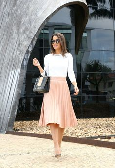 Moda evangélica: ideias de looks para ir aos cultos - Midi Skirts - Ideas of Midi Skirts- Classic Pleated Midi Skirt with White Top and Gold Modest Outfits, Skirt Outfits, Dress Skirt, Cute Outfits, Black Pleated Skirt Outfit, Nude Skirt, Classy Outfits For Women, Midi Skirt Outfit, Flowy Skirt