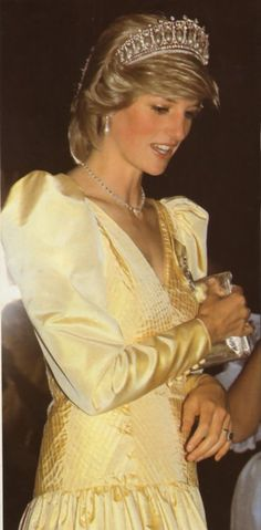 June Princess Diana attending a Premier Dinner at the Newfoundland Hotel, St John's, Newfoundland. Princess Diana Tiara, Princess Charlotte, Princess Of Wales, Real Princess, Lady Diana Spencer, Duke And Duchess, Duchess Of Cambridge, Diana Fashion, Royal Fashion
