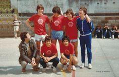 Equipo de fútbol posando co seu entrenador. Cedida por Ezaro.com