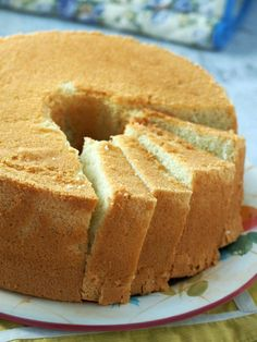This Vanilla Chiffon Cake is light, airy and fluffy! Its totally perfect on its own but also great with your favorite glazes and frosting. Vanilla Chiffon Cake Recipe, Chiffon Recipe, Lemon Chiffon Cake, Cold Cake, Salty Cake, Fancy Desserts, Pound Cake Recipes, Cupcakes, Sponge Cake