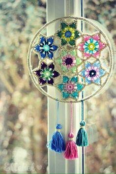 Zoals beloofd zou ik jullie nog een leuke toepassing laten zien van de Vintage Glamour Christmas Stars As promised I would show you something you can also make of the Vintage Glamour Christmas Stars Mandala Au Crochet, Crochet Doilies, Dreamcatcher Crochet, Crochet Home Decor, Vintage Glamour, Wall Hanger, Crochet Projects, Diy And Crafts, Creations