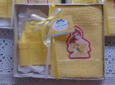 Kit composto de um sabonete em formato de castelo de 40g e uma toalha social com aplique de tecido das princesas, embalados na caixa de papelão medindo 14x11cm, com tampa transparente, fita de cetim, enfeite de sapatinho de cristal e tag de agradecimento. O kit pode ser montado em outras cores (toalha e sabonete) e com TODAS AS PRINCESAS (juntas ou individuais). - Ariel, Jasmine, Branca de Neve, Cinderela, Bela e a Fera e outras. Várias essência disponíveis. R$ 7,50