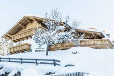 Wauw! Super mooi vakantiehuis in Wagrain voor families! Alps, Cabin, House Styles, Outdoor, Outdoors, Cabins, Cottage, Outdoor Games, The Great Outdoors