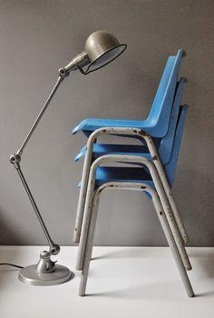 Le Vide Grenier d'une Parisienne : La rentrée des classes,  Chaises d'enfants, 2 en bois et métal, 3 chaises bleues, coque plastique et pieds métal gris, Dimensions : H, 50 cm ; L, 33,5 cm; l, 25 cm