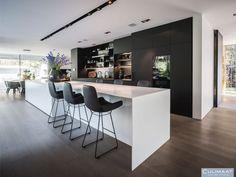 Minimalistische villa Bosch en duin - Culimaat - High End Kitchens Luxury Kitchen Design, Kitchen Room Design, Kitchen Interior, Kitchen Ideas, High End Kitchens, Black Kitchens, Home Kitchens, Latest Kitchen Designs, House Inside