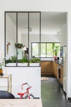 Keuken met houten kastjes en zwarte tegelvloer | Kitchen with wooden cabinets and a black tile floor | vtwonen België 11-2017 | Fotografie & Styling Jonah Samyn