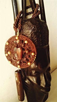 Collana con ciondolo di cotone marrone ,lavorata con il crochet con l'applicazione di decorazioni di legno e perline dorate., by Ideacreazioni, 31,00 € su misshobby.com