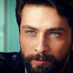 Onur tuna Kızım, sende önüne gelen salağa köpek olmuşsun yaaa..... beğen tamam ama kendinden hrp taviz vermişsin...kim sallar, ciddiye alır seni.... Turkish Men, Turkish Beauty, Turkish Actors, Beautiful Eyes, Gorgeous Men, Amazing Eyes, Twitter Header Photos, Ideal Man, Disney Cosplay