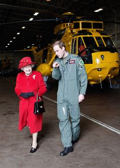 Prince William shows Britain's Queen Elizabeth II the hanger where the Sea King Helicopter he flies during his training as a Search and Rescue pilot is kept during a visit to RAF Valley in Anglesey. Prinz Philip, Prinz William, Prince And Princess, Princess Kate, Uk Prince, God Save The Queen, The Queen Mum, Queen Mother, Diana Spencer