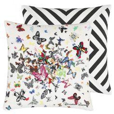 Une présentation théâtrale de papillons, réels ou imaginaires, imprimés et brodés sur de la toile de lin opaline dans une parade de couleurs Lacroix, présentant le logo de la Maison. Le dos de cet audacieux coussin présente un effet kaléidoscopique similaire de bandes contrastées.