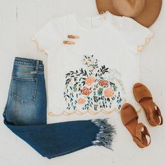 We love the combination of a white top with some denim! The colors in this embroidered top are styled perfectly with some neutral sandals, hair clips and a brimmed hat! Cute Summer Outfits, Spring Outfits, Casual Outfits, Cute Outfits, 80s Fashion, Fashion Outfits, Fashion Trends, Fashion Quiz, Fashion Mask