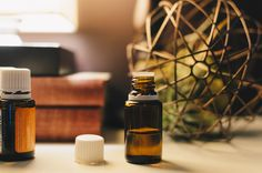 There are a myriad of tea tree oil benefits in today's society. Everything from acne treatments to clearing the air. Tea tree oil is a necessity in one's arsenal of natural medicinal products. What Are Essential Oils, Frankincense Essential Oil, Essential Oil Blends, Huile Tea Tree, Tea Tree Oil Uses, Hair Growth Oil, Oil Benefits, Health Benefits, Lavender Oil
