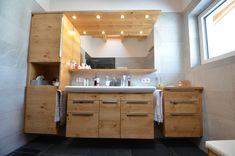 Badezimmer Ideen für Ihr zu Hause. Bad Möbel in Eiche- Echtholz. Wellness, Double Vanity, Bathroom Lighting, Mirror, Furniture, Home Decor, Oak Tree, Bathing, Timber Wood