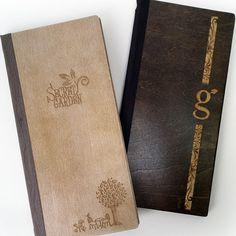Entre lo tradicional y lo moderno  menús de madera grabados