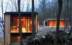 Johnsen Schmaling Architects are the designers behind the rustic Camouflage House, hidden in Green Lake, Wisconsin. This magnificent, modern lake cabin is perched on a steep hillside overlooking the lake,. Haus Am See, Green Lake, Lake Cabins, Forest House, Construction, House Built, Camouflage, Modern Architecture, Modern Buildings