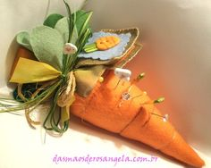 carrot pincushion by Rosangela Brino Needle Case, Needle Book, Sewing Hacks, Sewing Crafts, Sewing Projects, Thread Holder, Craft Fair Displays, Sewing Accessories, Sewing Notions