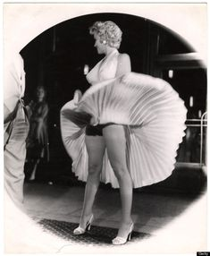 American actress and sex symbol Marilyn Monroe stands on a subway grate as her skirt billows out around her on location during the filming of 'The Seven Year Itch' , New York, New York, September. Get premium, high resolution news photos at Getty Images Fotos Marilyn Monroe, Marilyn Monroe Portrait, Vintage Hollywood, Classic Hollywood, Hollywood Stars, Cinema Tv, Stock Foto, Norma Jeane, Pin Up Girls