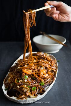 KL Fried Black Hokkien Mee (Easy and Healthier version). Thick round egg noodles are cooked in a flavorful dark sauce along with seafood and pork slices. A favorite by many in Malaysia and Southeast Asia. Hokkien Noodles Recipe, Tasty Noodles Recipe, Malaysian Cuisine, Malaysian Food, Malaysian Recipes, Noodle Recipes, Seafood Recipes, Cooking Recipes, Noodle Soups