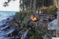 mökki,nuotiopaikka Cottage Door, Lake Cottage, Outdoor Life, Outdoor Rooms, Outdoor Decor, Lake Landscaping, Yurt Living, Summer Cabins, Cabin Chic