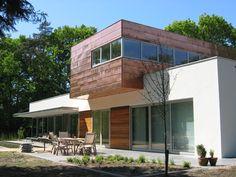 House: white stucco, aluminum frames, tinted zinc coated facade. Woning: wit stucwerk, aluminium kozijnen, gekleurde zinken gevelbekleding.