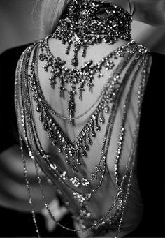 bijoux dans un dos dénudé