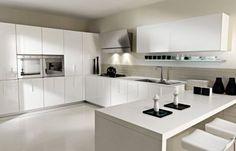 Cocina Blanca Moderna con Sillas de Diario