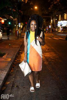 RIOetc | Ê Bahia!  | Luiza Brasil optou por um vestido acima do joelho com cores vivas, clutch prateada e melissa branca. A cara do verão!
