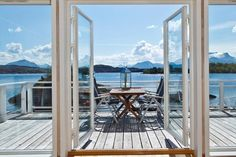 Ein norwegischen Ferienhäusern am Kai mit Blick auf den Fjord!